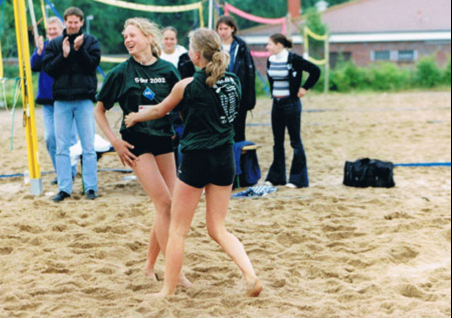 Maggie (left) wins the Hamburg Beach Championships in 2002. Photocredit: www.smash-hamburg.de